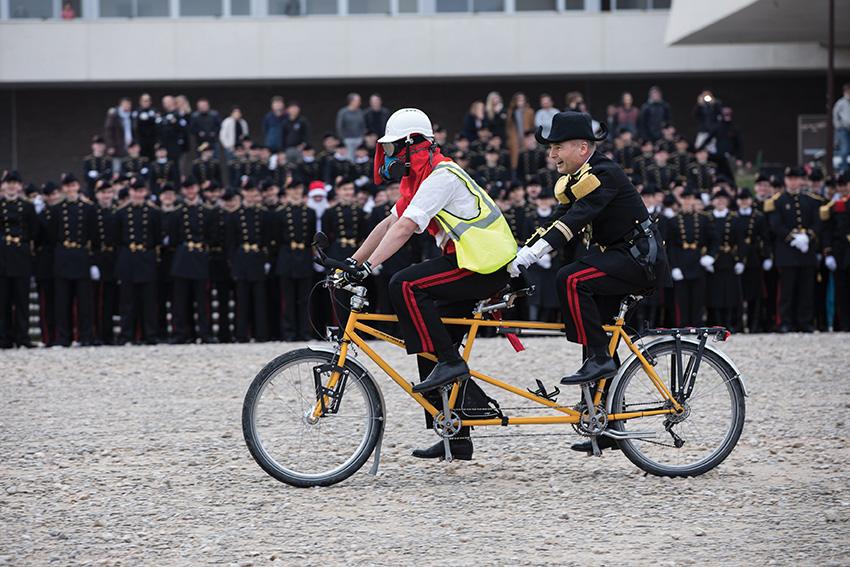 Polytechnicien déguisé avec un masque à gaz et son colonel sur un tandem