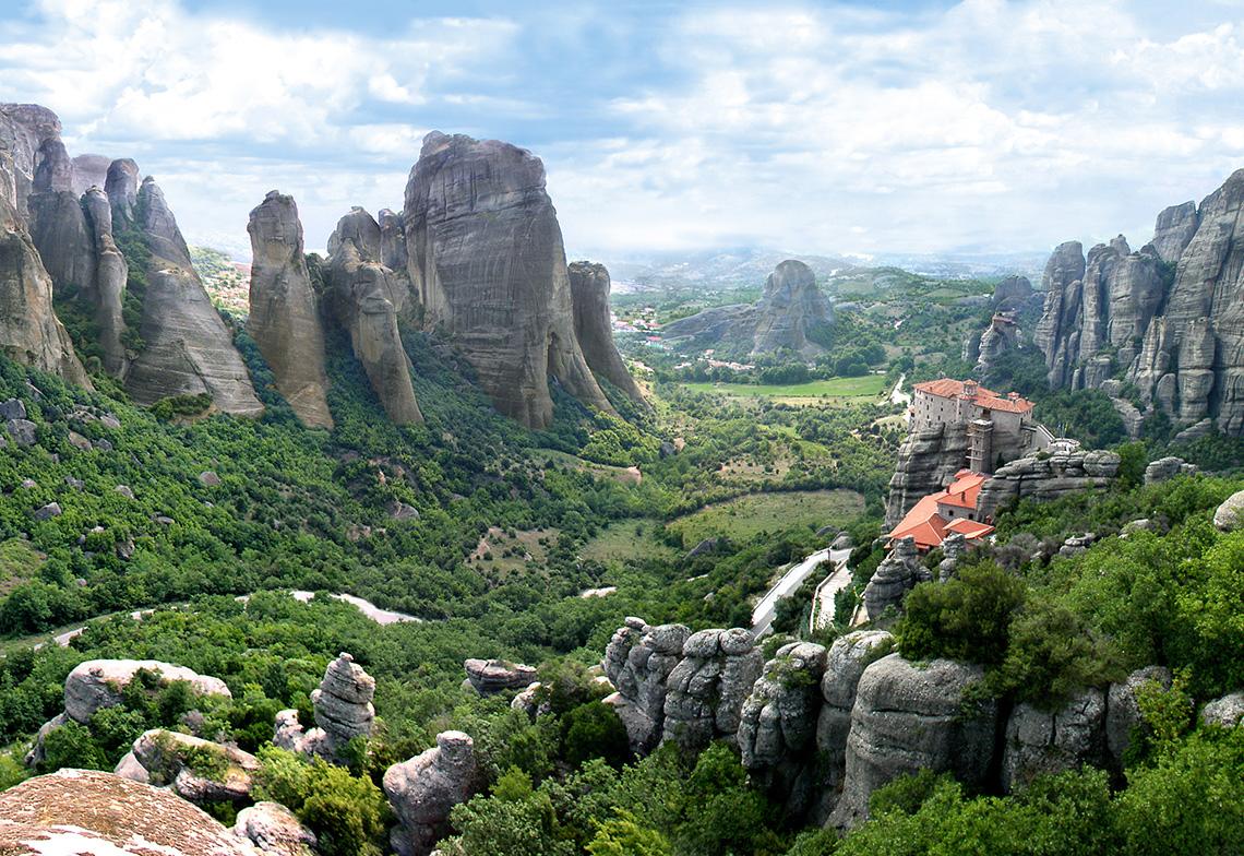 Les Météores, hautes falaises de Thessalie et les monastères construits à leurs sommets.