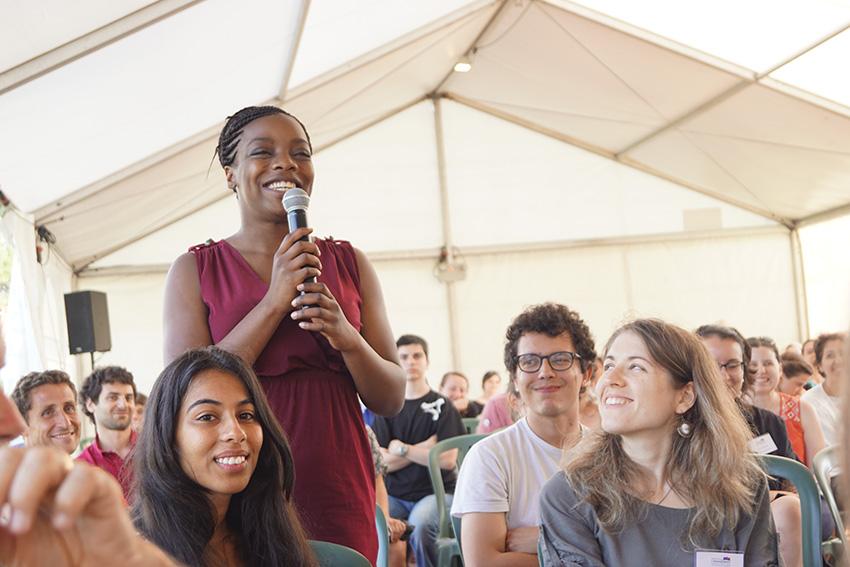 Rassemblez 500 jeunes femmes et hommes de différents univers, qui ont comme point commun une volonté d'avancer, de partager, de s'engager, et en quelques minutes vous prenez une dose d'énergie incroyable.