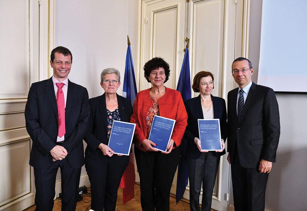 De gauche à droite : Dominique Rossin, Geneviève Darrieussecq, secrétaire d'État aux Armées, Frédérique Vidal, ministre de l'Enseignement supérieur, de la Recherche et de l'Innovation, Florence Parly, ministre des Armées, et Éric Labaye.