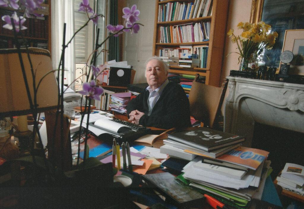 Marc Ferro à son bureau