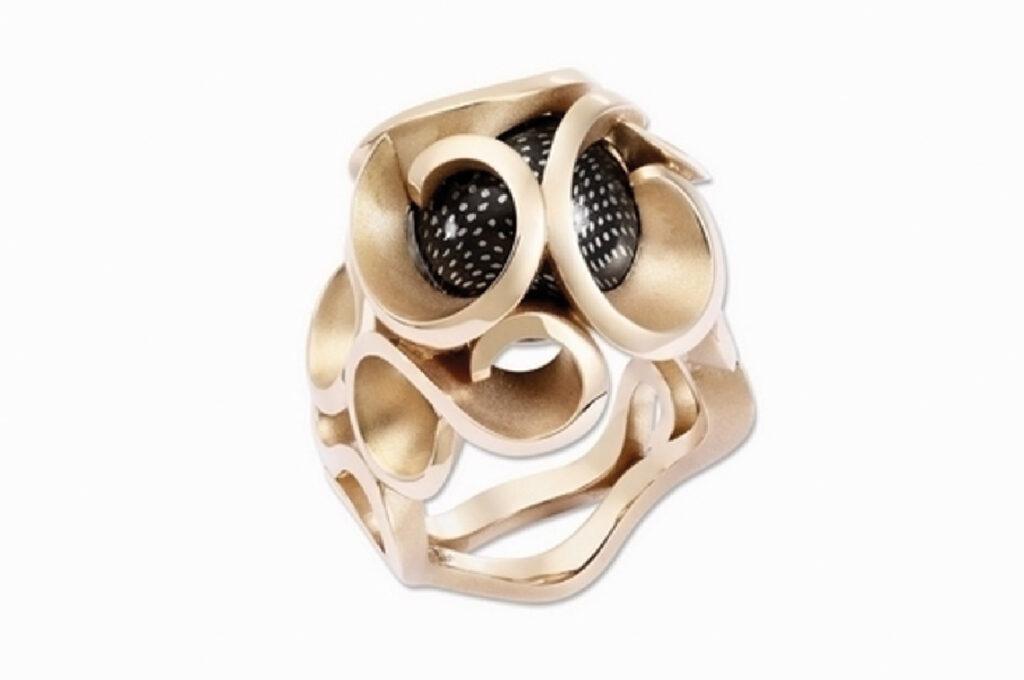La bague Atlantis met en valeur le dessin du bijou avec les différents aspects de surface résultant de la fabrication additive.