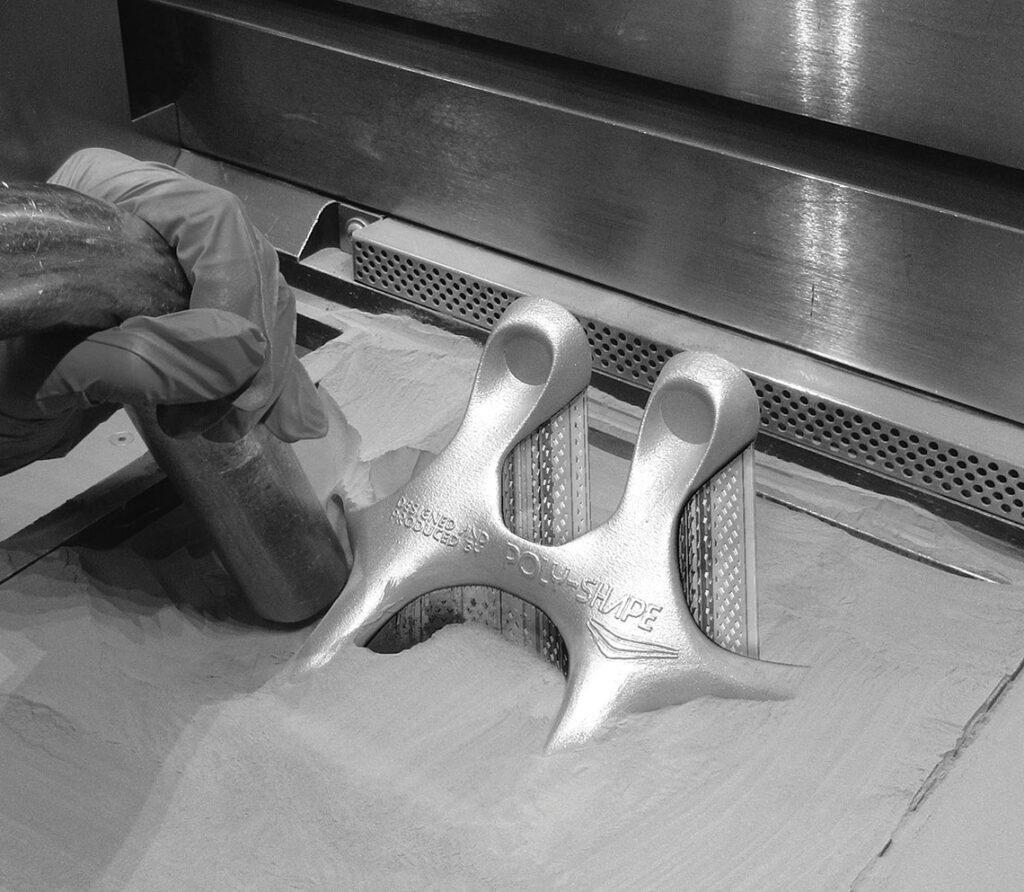 Impression en laser-lit de poudre : dépoudrage avec aspirateur.