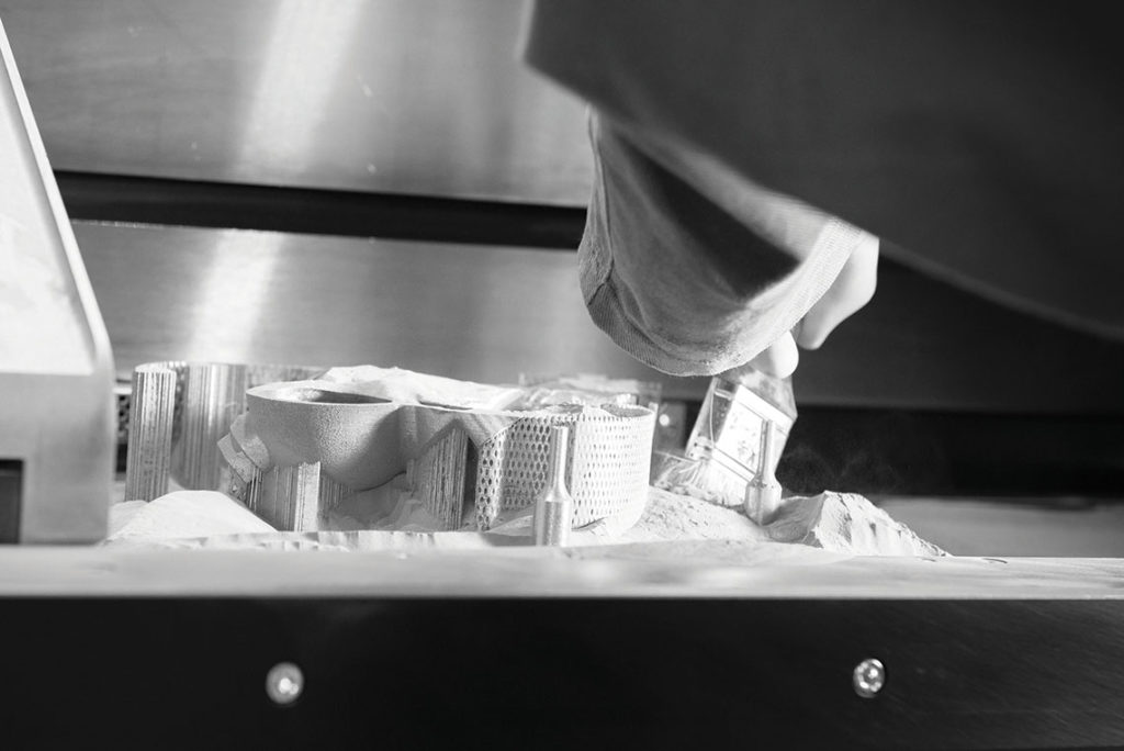 Impression en laser-lit de poudre : dépoudrage au pinceau.