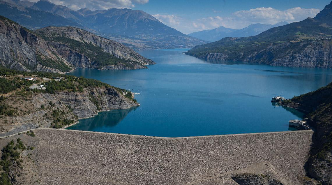 Les barrages de Serre-Ponçon et de Sainte-Croix commandent une chaîne hydraulique de 2GW, soit la puissance de deux réacteurs nucléaires. Ils desservent aussi 3 M d'habitants en eau potable sur le littoral méditerranéen, ainsi que l'agriculture provençale.
