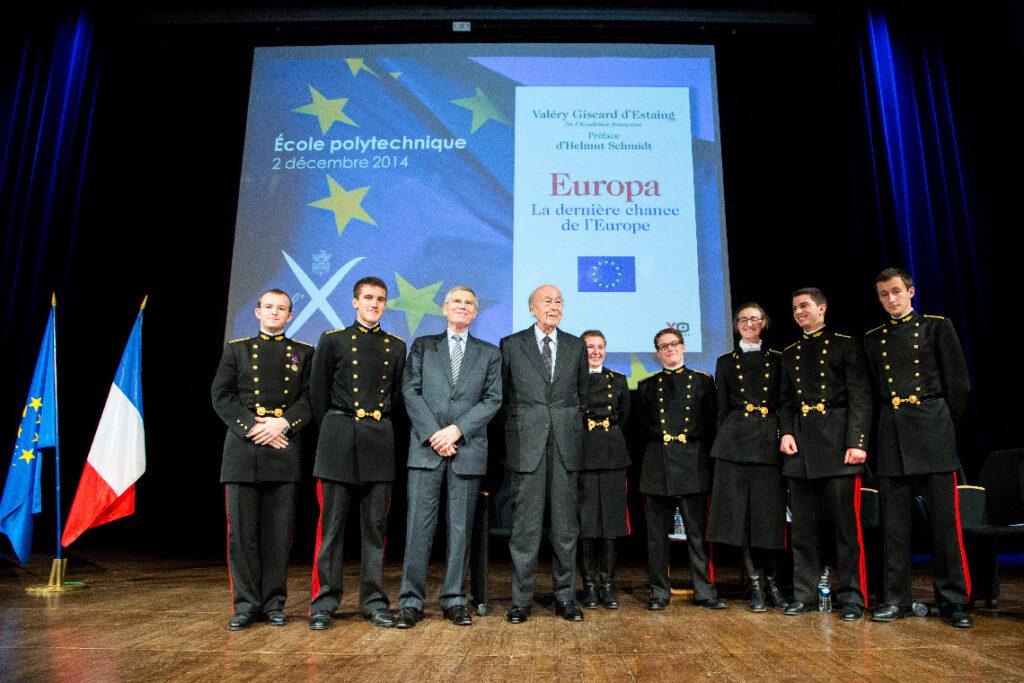 Valéry Giscard d'Estaing en 2014 avec des élèves de l'École polytechnique