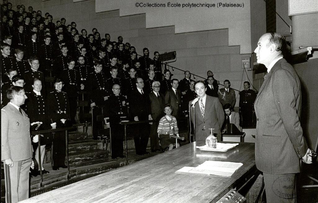 Le président Valéry Giscard d'Estaing lors d'une conférence à l'École polytechnique en 1975