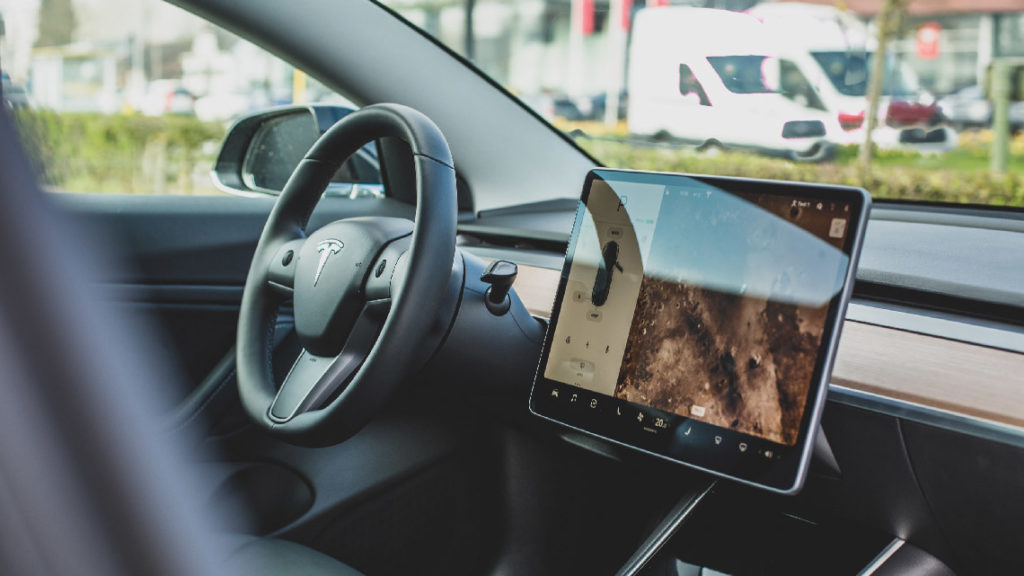 Sortie en 2017, la Tesla Model 3, est conçue comme un ordinateur, avec son écran tactile 21 pouces et ses calculateurs centralisés.