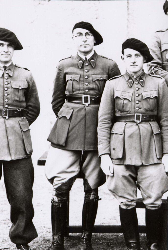 2.Le lieutenant Miguet (au centre avec les lunettes), commandant la 6e batterie du 154e régiment d'artillerie de position.