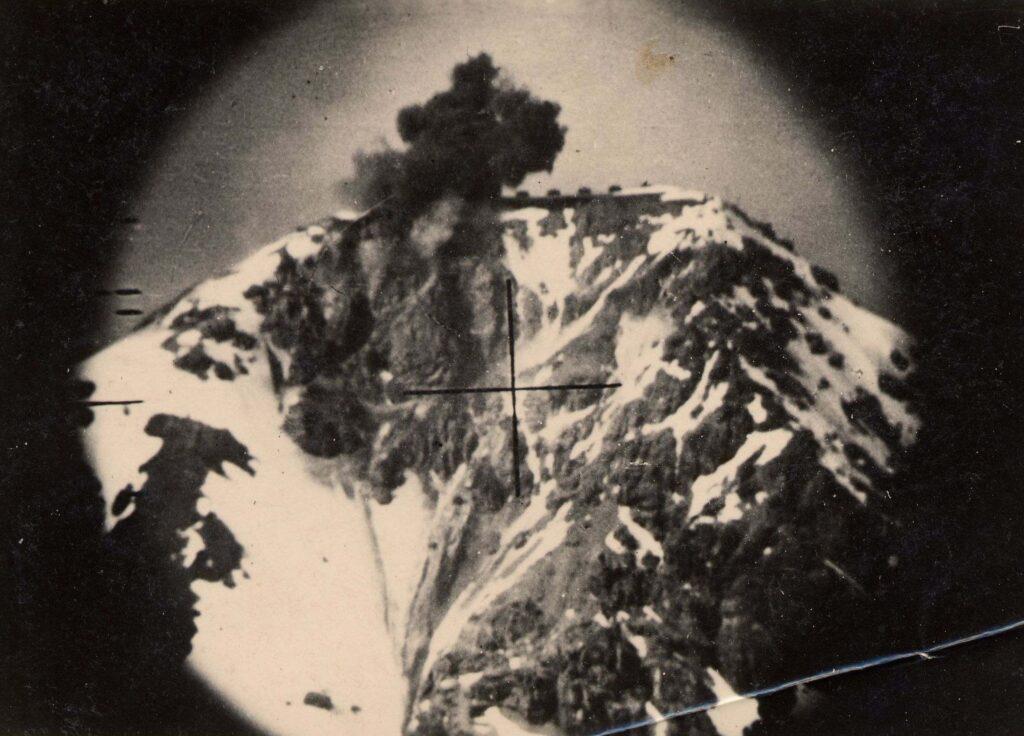 3.Coup au but. Explosion d'une tourelle du Chaberton le 21 juin 1940 en fin d'après-midi.