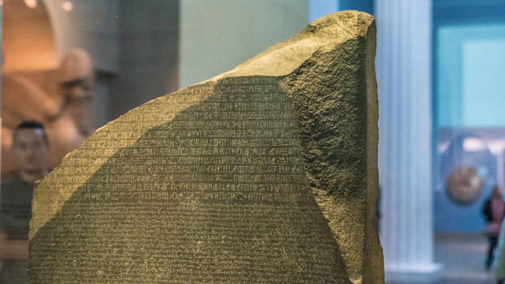 La pierre de Rosette, découverte pour le lieutenant Bouchard est conservée au British Museum à Londres