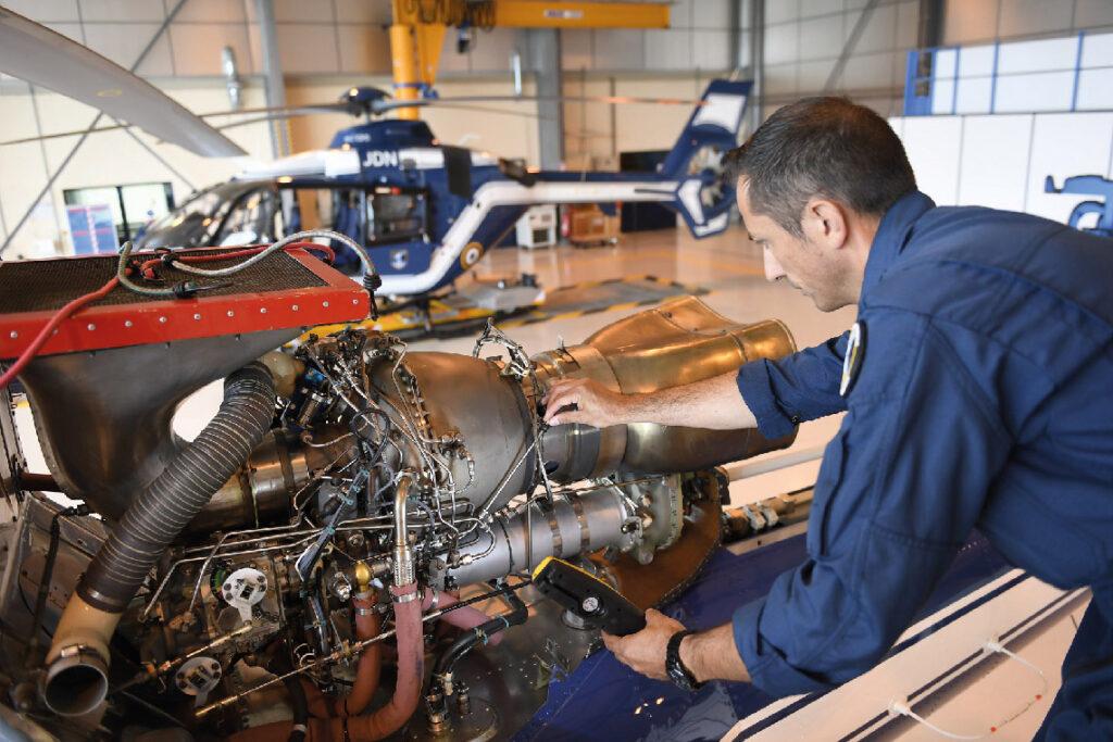 Un moteur Arriel en cours de maintenance sur un Ecureuil de la Gendarmerie Nationale. Tous les moteurs d'hélicoptères de l'Etat français font l'objet d'un contrat de soutien appelé MCO (Maintien en Condition Opérationnelle).