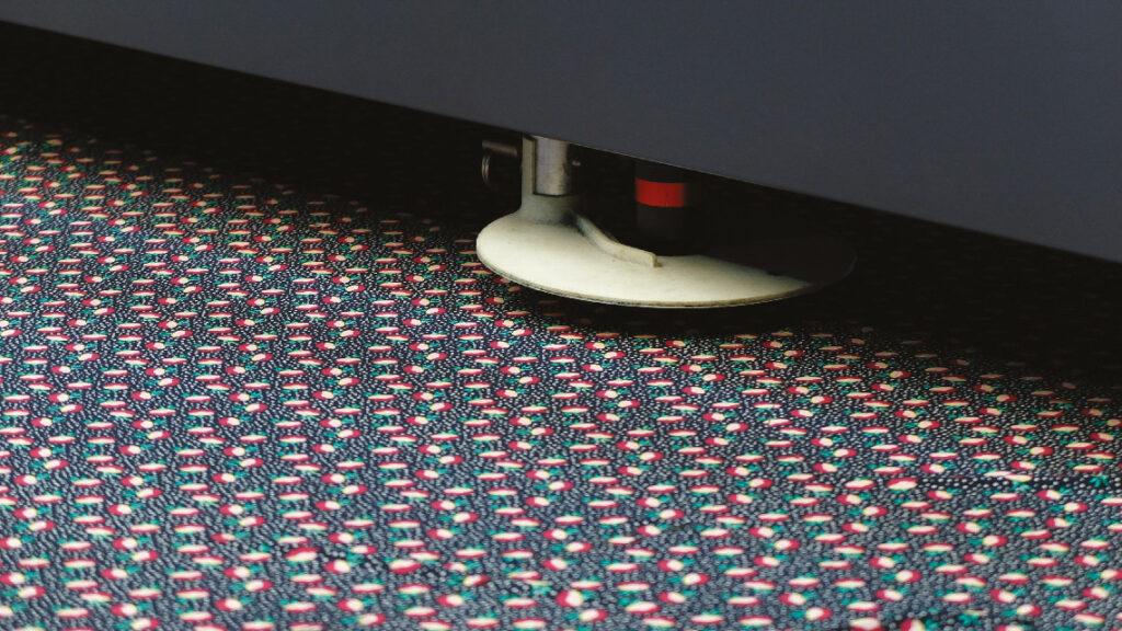 Aymeric Voisin est un polytechnicien reconverti dans l'artisanat, d'une mode textile durable chez Tekyn